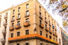 Σημαίες και μακρύ έμβλημα που υποστηρίζουν την ανεξαρτησία Catalana Στοκ Φωτογραφία