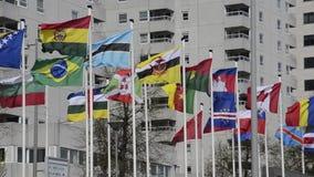 Σημαίες και σύγχρονο πολυόροφο κτίριο φιλμ μικρού μήκους