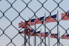 Σημαίες μέσω ενός συμβολισμού φρακτών στοκ εικόνες