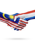 Σημαίες Μαλαισία, ολλανδικές χώρες, έννοια χειραψιών φιλίας συνεργασίας στοκ εικόνα με δικαίωμα ελεύθερης χρήσης