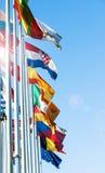 Σημαίες μελών της ΕΕ μπροστά από ευρωπαϊκό Prliament Στοκ Εικόνες