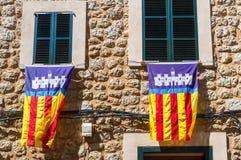 Σημαίες που κρεμιούνται μαγιορκινές από τα πλαίσια παραθύρων κατά τη διάρκεια της ES Firo στοκ φωτογραφία με δικαίωμα ελεύθερης χρήσης