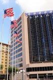 Σημαίες που πετούν στο στο κέντρο της πόλης San Antonio, Τέξας Στοκ εικόνες με δικαίωμα ελεύθερης χρήσης