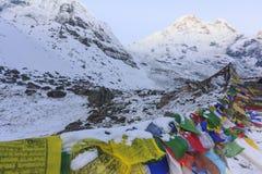 Σημαίες προσευχής και βουνό χιονιού Annapurna του Ιμαλαίαυ, Νεπάλ Στοκ Εικόνα