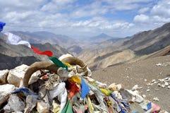 Σημαίες προσευχής με το Ιμαλάια στην ανασκόπηση στοκ εικόνες