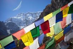 Σημαίες προσευχής στα βουνά του Ιμαλαίαυ, περιοχή Annapurna, του Νεπάλ Στοκ Φωτογραφίες