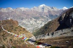 Σημαίες προσευχής στα βουνά του Ιμαλαίαυ, περιοχή Annapurna, του Νεπάλ Στοκ Εικόνα