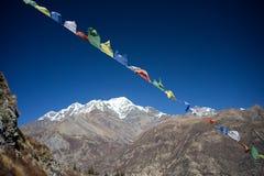 Σημαίες προσευχής στα βουνά του Ιμαλαίαυ, περιοχή Annapurna, του Νεπάλ Στοκ εικόνες με δικαίωμα ελεύθερης χρήσης