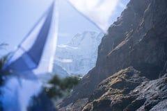 Σημαίες προσευχής στα βουνά του Ιμαλαίαυ, περιοχή Annapurna, του Νεπάλ Στοκ φωτογραφία με δικαίωμα ελεύθερης χρήσης