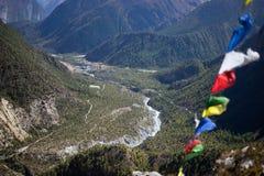 Σημαίες προσευχής στα βουνά του Ιμαλαίαυ, περιοχή Annapurna, του Νεπάλ Στοκ Φωτογραφία