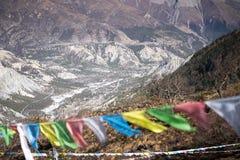 Σημαίες προσευχής στα βουνά του Ιμαλαίαυ, περιοχή Annapurna, του Νεπάλ Στοκ εικόνα με δικαίωμα ελεύθερης χρήσης