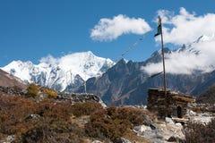 Σημαίες προσευχής στην κοιλάδα Langtang, Ιμαλάια, Νεπάλ στοκ εικόνες με δικαίωμα ελεύθερης χρήσης