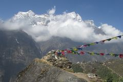Σημαίες προσευχής στην οδοιπορία του Νεπάλ στα βουνά του Ιμαλαίαυ στοκ φωτογραφία