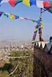 Σημαίες προσευχής στον αέρα στο Νεπάλ στοκ εικόνες με δικαίωμα ελεύθερης χρήσης