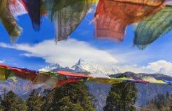 Σημαίες προσευχής του Νεπάλ και άποψη σειράς βουνών Annapurna στο backgrou Στοκ Εικόνα