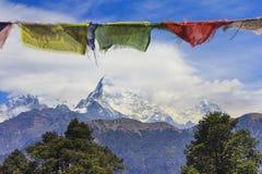 Σημαίες προσευχής του Νεπάλ και άποψη σειράς βουνών Annapurna στο backgrou Στοκ φωτογραφίες με δικαίωμα ελεύθερης χρήσης