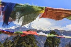 Σημαίες προσευχής του Νεπάλ και άποψη σειράς βουνών Annapurna στο backgrou Στοκ εικόνα με δικαίωμα ελεύθερης χρήσης