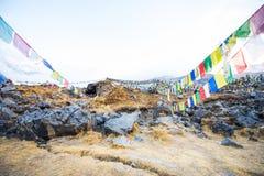 Σημαίες προσευχής χρώματος πάνω από το στρατόπεδο βάσεων Annapurna Στοκ εικόνες με δικαίωμα ελεύθερης χρήσης