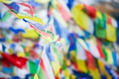 Σημαίες προσευχής χρώματος πάνω από το στρατόπεδο βάσεων Annapurna Στοκ Φωτογραφίες