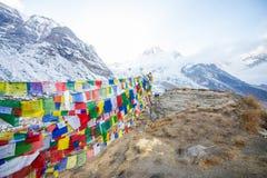 Σημαίες προσευχής χρώματος πάνω από το στρατόπεδο βάσεων Annapurna Στοκ φωτογραφίες με δικαίωμα ελεύθερης χρήσης