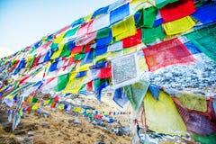 Σημαίες προσευχής χρώματος πάνω από το στρατόπεδο βάσεων Annapurna Στοκ Φωτογραφία