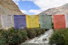 Σημαίες προσευχών της βουδιστικής θρησκείας στοκ εικόνες