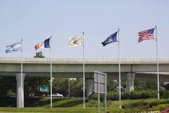 Σημαίες στην είσοδο στο John Φ Διεθνής αερολιμένας Kennedy στη Νέα Υόρκη Στοκ εικόνα με δικαίωμα ελεύθερης χρήσης