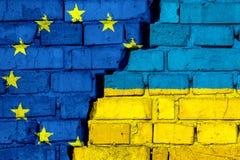 Σημαίες της ΕΕ της Ευρωπαϊκής Ένωσης και της Ουκρανίας στο τουβλότοιχο με τη μεγάλη ρωγμή στη μέση ελεύθερη απεικόνιση δικαιώματος