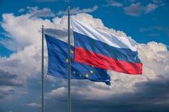 Σημαίες της Ευρωπαϊκής Ένωσης και της Ρωσίας Στοκ φωτογραφίες με δικαίωμα ελεύθερης χρήσης