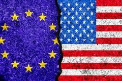 Σημαίες της Ευρωπαϊκής Ένωσης και των ΗΠΑ που χρωματίζονται στο ραγισμένο backgrou τοίχων απεικόνιση αποθεμάτων