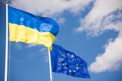 Σημαίες της Ευρωπαϊκής Ένωσης της Ουκρανίας και (ΕΕ) Στοκ φωτογραφία με δικαίωμα ελεύθερης χρήσης