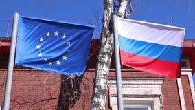 Σημαίες της Ευρωπαϊκής Ένωσης της Ρωσίας και που κυματίζει στον αέρα απόθεμα βίντεο