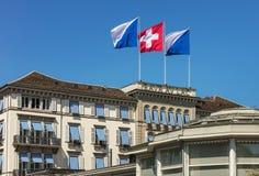 Σημαίες της Ζυρίχης και της Ελβετίας στη λάκκα Au Baur ξενοδοχείων στοκ φωτογραφία με δικαίωμα ελεύθερης χρήσης