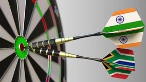 Σημαίες της Ινδίας και της Νότιας Αφρικής στα βέλη που χτυπούν bullseye του στόχου Διεθνής συνεργασία ή ανταγωνισμός Στοκ Φωτογραφίες