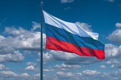 Σημαίες της Ρωσίας στο υπόβαθρο του μπλε ουρανού Στοκ φωτογραφία με δικαίωμα ελεύθερης χρήσης