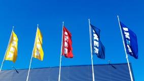 Σημαίες της IKEA ενάντια στον ουρανό στο κατάστημα της IKEA Η Ikea είναι ο λιανοπωλητής παγκόσμιων μεγαλύτερος επίπλων και στοκ φωτογραφία με δικαίωμα ελεύθερης χρήσης