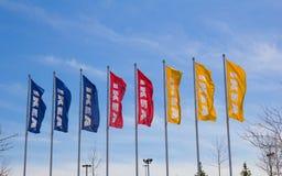 Σημαίες της IKEA που φυσούν στον αέρα Στοκ φωτογραφίες με δικαίωμα ελεύθερης χρήσης