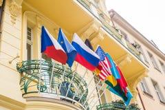 Σημαίες του κόσμου μπροστά από ένα Buiding Στοκ Εικόνες