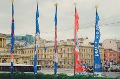 Σημαίες του Παγκόσμιου Κυπέλλου της FIFA στην κολακεία της Ρωσίας στον αέρα Παγκόσμιο Κύπελλο Ρωσία 2018 ποδοσφαίρου στοκ εικόνες