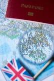 Σημαίες του UK, ενίσχυση - γυαλί, διαβατήριο σε έναν χάρτη μπλε μικρός τουρισμός χαρτών του Δουβλίνου έννοιας πόλεων αυτοκινήτων Στοκ Φωτογραφίες