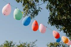Σημαίες τριγώνων που κρεμούν στο σχοινί ενάντια στο μπλε ουρανό και το δέντρο Στοκ εικόνες με δικαίωμα ελεύθερης χρήσης