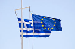 Σημαίες των ελληνικών και της ΕΕ σε έναν ιστό σκαφών Στοκ φωτογραφίες με δικαίωμα ελεύθερης χρήσης