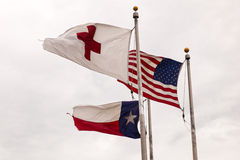 Σημαίες των ΗΠΑ, του κράτους του Τέξας και του Ερυθρού Σταυρού Στοκ φωτογραφία με δικαίωμα ελεύθερης χρήσης