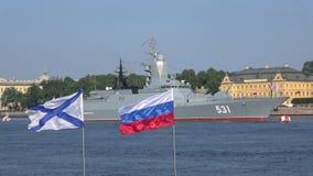 Σημαίες των ρωσικών και Andrewsky στο υπόβαθρο του δρόμωνα Ημέρα ναυτικού στη Αγία Πετρούπολη απόθεμα βίντεο