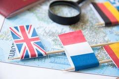 Σημαίες των europian χωρών, ενίσχυση - γυαλί, διαβατήριο σε έναν χάρτη μπλε μικρός τουρισμός χαρτών του Δουβλίνου έννοιας πόλεων  Στοκ Εικόνες