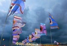 Σημαίες φεστιβάλ που κυματίζουν ενάντια στο δραματικό θυελλώδη ουρανό Στοκ φωτογραφία με δικαίωμα ελεύθερης χρήσης