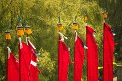 Σημαίες Prayful του κόκκινου χρώματος που κυματίζουν στον αέρα Στοκ Εικόνες