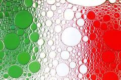 σημαιοστολίστε τα ιταλ& Κλείστε επάνω της πτώσης πετρελαίου στην επιφάνεια νερού Στοκ Φωτογραφίες