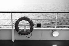 Σημαντήρας ή lifebuoy δαχτυλίδι στο κατάστρωμα στη θάλασσα βραδιού στο Μαϊάμι, ΗΠΑ Συσκευή επίπλευσης από την πλευρά σκαφών seasc στοκ εικόνες με δικαίωμα ελεύθερης χρήσης
