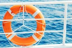 Σημαντήρας ζωής δαχτυλιδιών στη βάρκα Υποχρεωτικός εξοπλισμός σκαφών Πορτοκάλι lifesaver στη γέφυρα ενός κρουαζιερόπλοιου στοκ φωτογραφία με δικαίωμα ελεύθερης χρήσης